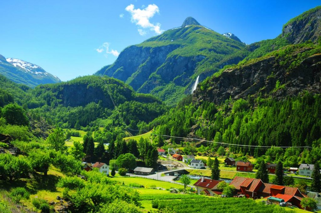 Green-hills-in-Norway