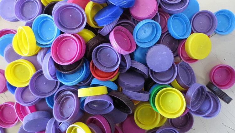 Plastik şişe kapaklarını değerlendirin
