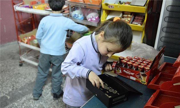 Dürüstlük Kantini'nin kasa görevlisi alışveriş yapan çocuklar
