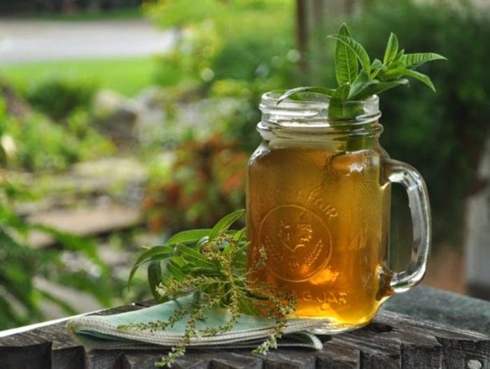 Vücudunuzu yoran yaz sıcaklarına karşı ferahlatıcı ve tamir edici bir buzlu çay tarifi