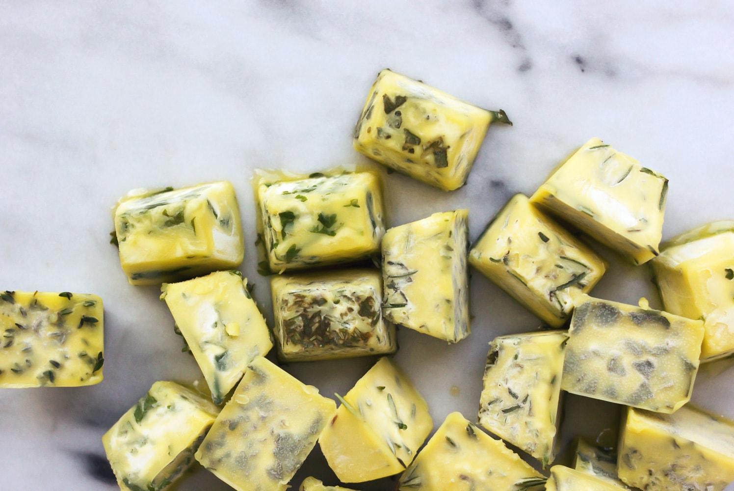 Dört mevsim yemeklerde kullanabileceğiniz taze baharatlı zeytinyağı küpleri hazırlayın