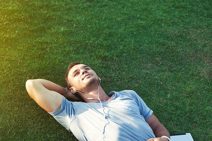 Vücudunuza stres yüklendiyse çimlere uzanın ve kendinizi topraklayın