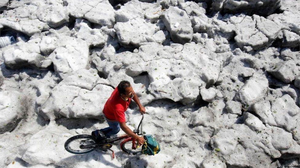 30 derece sıcaklıkta dolu fırtınası çıktı, şehir 1,5 metre kalınlığında buzla kaplandı
