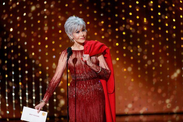 Jane Fonda, Oscar Ödülleri'ne sembole dönüşen kırmızı paltosu ve daha önce giydiği bir kıyafetle geldi